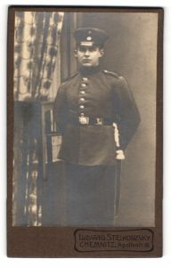 Fotografie Ludwig Steikowsky, Chemnitz, Portrait Soldat in Uniform mit Schirmmütze