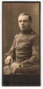 Fotografie Atelier Edelstein, unbekannter Ort, Portrait Unteroffizier in Uniform mit Kordel