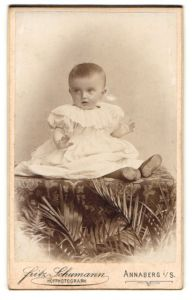 Fotografie Fritz Schumann, Annaberg i/S, Portrait Kleinkind in weissem Kleid