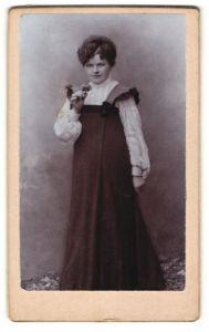 Fotografie unbekannter Fotograf und Ort, Portrait Dame mit Blume