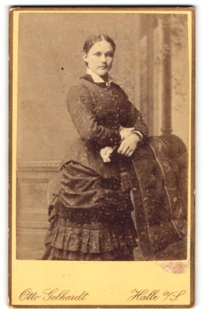 Fotografie Otto Gebhardt, Halle a/S, Portrait junge Dame in Kleid