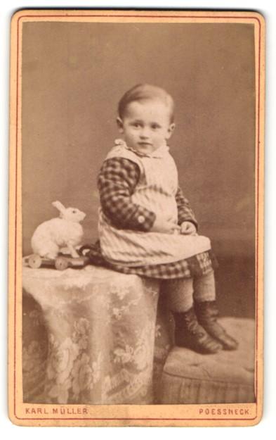 Fotografie Karl Müller, Poessneck, Portrait Kleinkind mit Spielzeugkaninchen