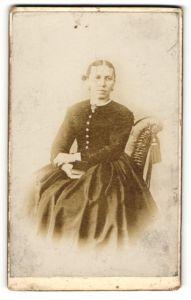 Fotografie unbekannter Fotograf und Ort, Portrait bürgerliche Dame in Kleid