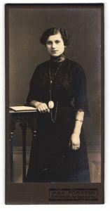 Fotografie Max Förster, Einsiedel, Portrait junge Dame in schwarzem Kleid