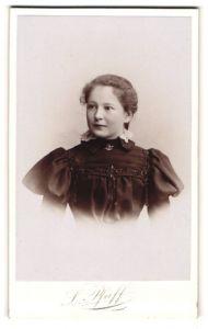 Fotografie L. Pfaff, Halle a/S, Portrait Mädchen in festlichem Kleid