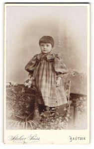 Fotografie Atelier Süss, Bautzen, Portrait Kleinkind in kariertem Kleid