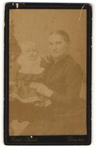 Fotografie Carl Koch, Dessau, Portrait Dame mit Kleinkind
