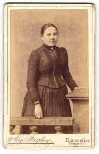 Fotografie Aug. Striepling, Hameln, Portrait junge Dame mit Kruzifix