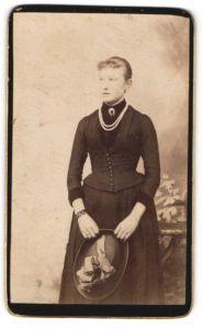 Fotografie unbekannter Fotograf und Ort, Portrait junge Dame in Kleid mit Korsett