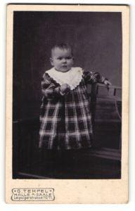 Fotografie G. Tempel, Halle a/Saale, Portrait Kleinkind in kariertem Kleid