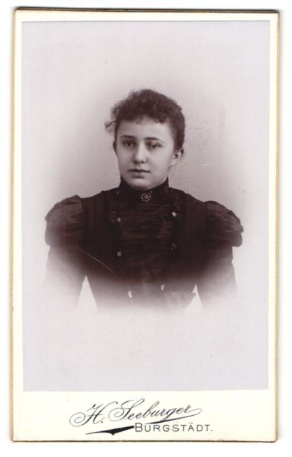 Fotografie H. Seeburger, Burgstädt, Portrait Mädchen in festlichem Kleid