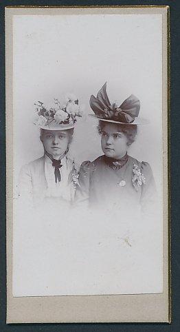 Fotografie unbekannter Fotograf und Ort, Portrait Mädchen mit eleganten Hütenh