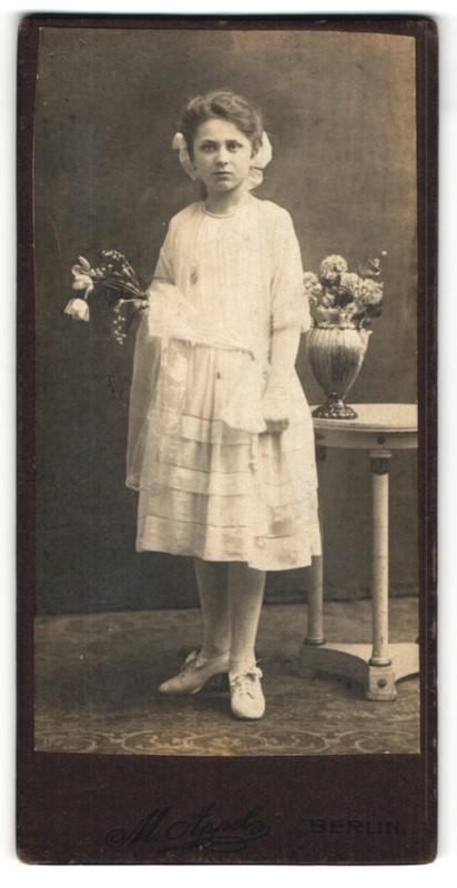 Fotografie M. Appel, Berlin, Portrait Mädchen in festlichem Kleid