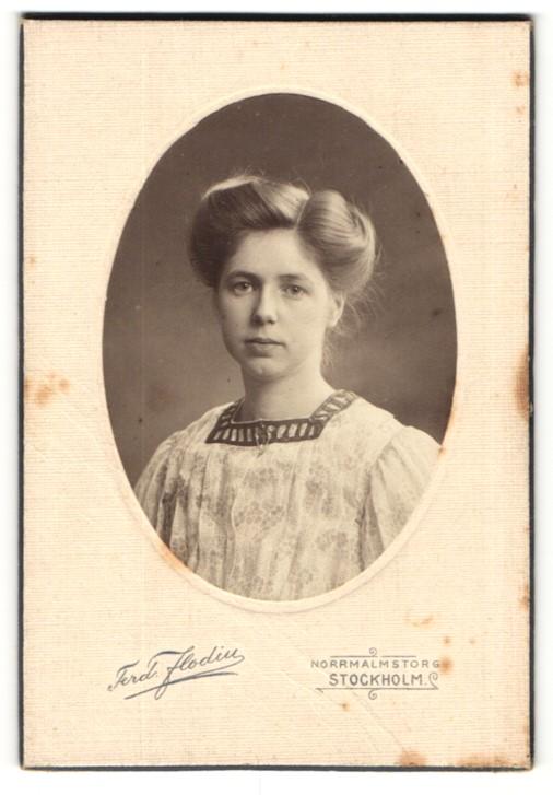 Fotografie Ferd. Flodin, Stockholm, Portrait Dame mit Hochsteckfrisur
