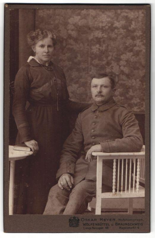Fotografie Oskar Meyer, Wolfenbüttel, Braunschweig, Portrait feldgrauer Soldat und Gattin