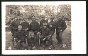 Foto-AK Schweizer Grenzbesetzung 1914, Soldaten mit Tschakoüberzug