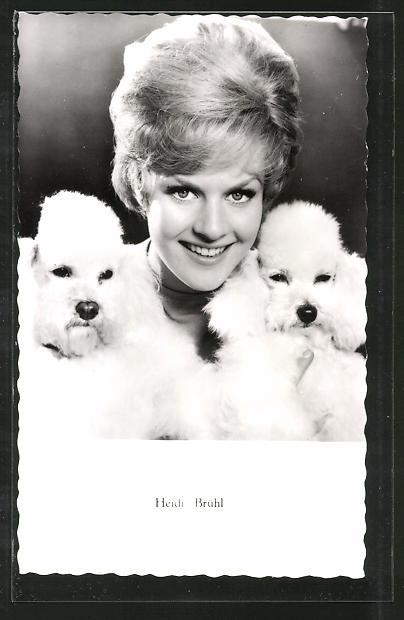 AK Schauspielerin Heidi Brühl mit Hunde posierend