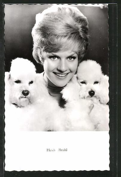 AK Schauspielerin Heidi Brühl lächelnd mit Hunden posierend