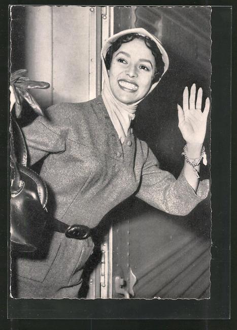 AK Schauspielerin Dorothy Dandridge lächelnd in Zug einsteigend