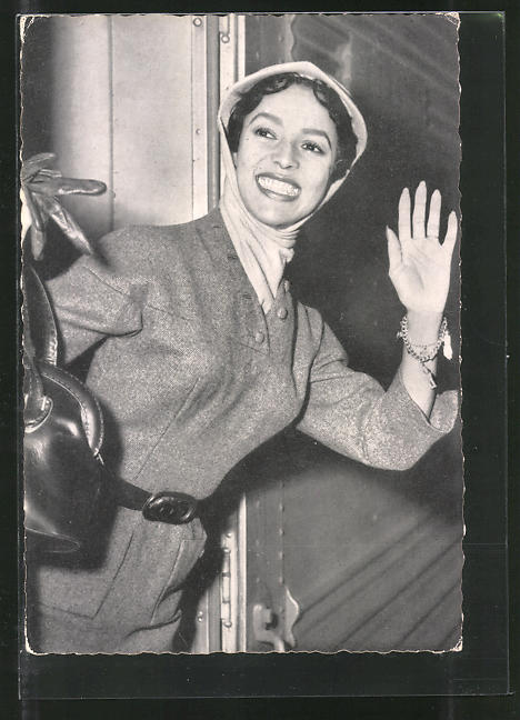 AK Schauspielerin Dorothy Dandridge lächelnd in Zug steigend