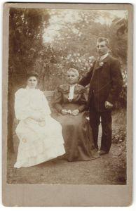 Fotografie A. Krajewsky, Aschersleben, Portrait bürgerliches Paar und ältere Dame