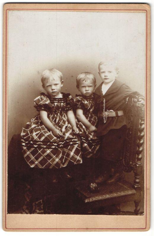 Fotografie unbekannter Fotograf und Ort, Portrait Knabe und zwei Mädchen in gleichem Kleid