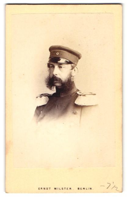 Fotografie Ernst Milster, Berlin, Portrait Wilhelm Georg Ernst Prinz von Preussen in Uniform mit Epauletten