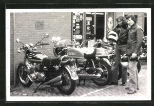 Fotografie Motorrad Suzuki Strassenrennmaschine und zwei Fahrer