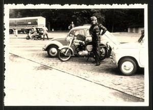 Fotografie Motorrad BSA und Fahrer auf Parkplatz