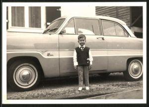 Fotografie Auto Ford Taunus 12m, niedlicher Knabe steht neben PKW