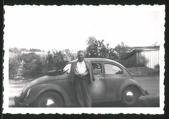 Fotografie Auto KdF-Ovali VW Käfer, Fahrer lehnt am Volkswagen PKW