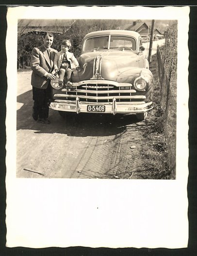 Fotografie Auto Pontiac, US-Car, Knabe auf Kotflügel sitzend