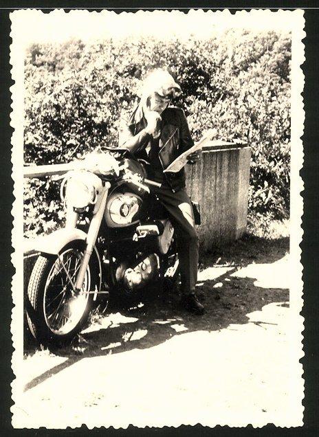 Fotografie Motorrad BSA, Fahrer studiert eine Landkarte