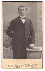 Fotografie Paul Papesch, Chemnitz i/S, Portrait junger Mann in Anzug