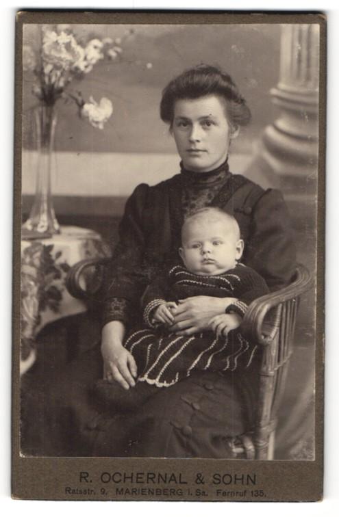 Fotografie R. Ochernal & Sohn, Marienberg i/Sa, Portrait Mutter und Kleinkind