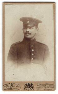 Fotografie J. Fuchs, Dresden, Portrait Soldat in Uniform mit Schirmmütze