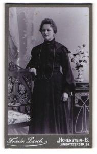Fotografie Friedr. Lasch, Hohenstein-E, Portrait junge Dame in schwarzem Kleid