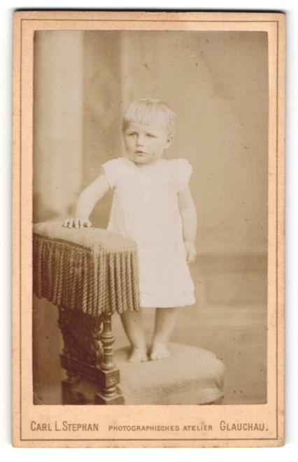 Fotografie Carl L. Stephan, Glauchau, Portrait Kleinkind in Kleidchen