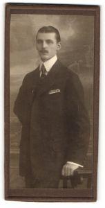 Fotografie unbekannter Fotograf und Ort, Portrait eleganter Herr mit Oberlippenbart