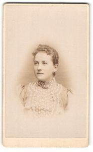Fotografie unbekannter Fotograf und Ort, Portrait hübsche Dame mit zurückgebundenem Haar