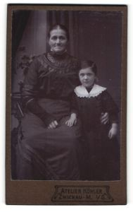 Fotografie Atelier Köhler, Zwickau-M. i/S, Portrait ältere Dame und Enkelin