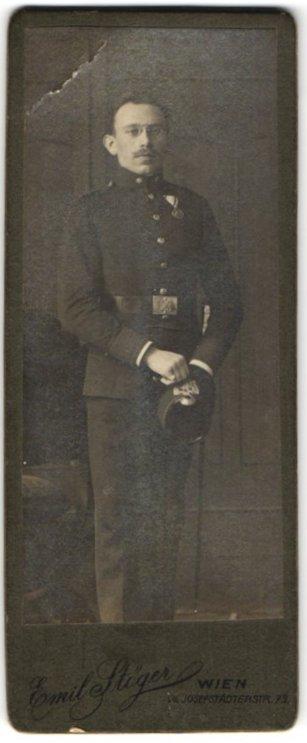 Fotografie Emil Stöger, Wien, Portrait österr. Soldat in Uniform mit Orden