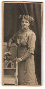 Fotografie unbekannter Fotograf und Ort, Portrait junge Dame mit Hochsteckfrisur