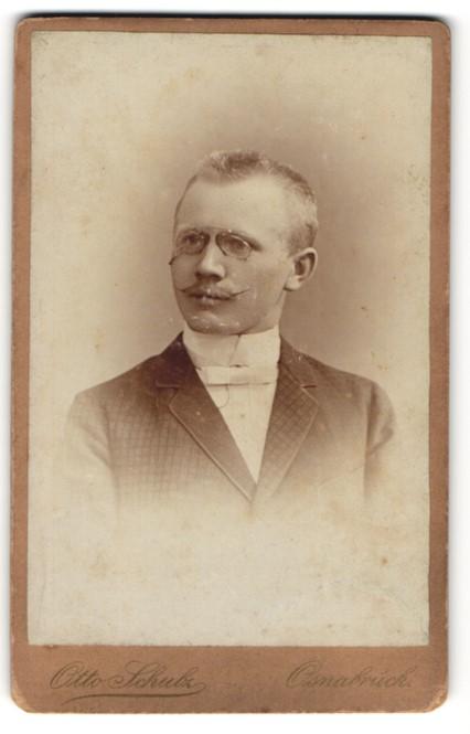 Fotografie Otto Schulz, Osnabrück, Portrait junger Herr mit Zwicker und Oberlippenbart