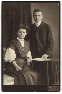 Fotografie Max Voight, Weissenfels, Portrait bürgerliches junges Paar