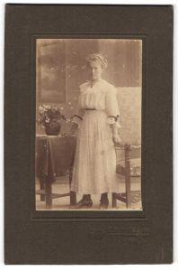 Fotografie Atelier Victoria, Leipzig, Portrait hübsches Fräulein in Kleid