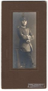 Fotografie Herm. Lindenberg, Dresden-N, Portrait Garde-Unteroffizier in Uniform
