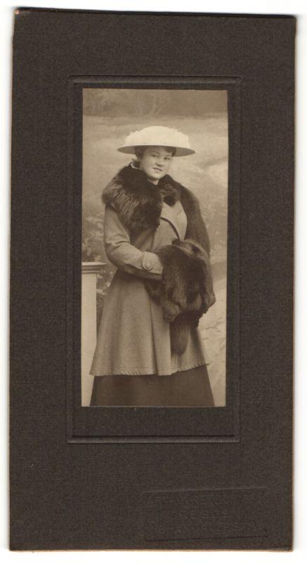 Fotografie unbekannter Fotograf und Ort, Portrait Mädchen mit Hut und Pelzmuff