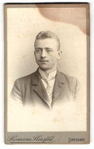 Fotografie Hermann Herzfeld, Dresden, Portrait bürgerlicher Herr mit Oberlippenbart
