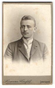 Fotografie Hermann Herzfeld, Dresden, Portrait junger Herr mit Kurzhaarfrisur und Oberlippenbart